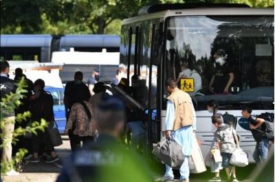 1st_bus_of_afghan_refugees_arriving_in_stras_dna__eurofora_400