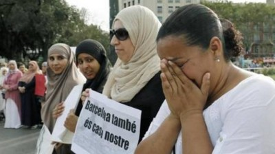abc_photo__woman_crying_for_barcelona_victims_of_terror_while_muslim_scarfed_women_smileboast_that_the_city_became_their_home_400