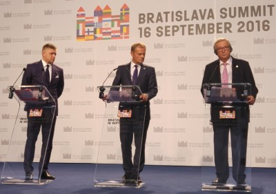 bratislava_1st_eu27_summit__eu_institutions_press_conf.__juncker_eyes_eurofora_while_tusk__fico_look_aside_400