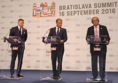 bratislava_1st_eu27_summit__eu_institutions_press_conf.__juncker_eyes_eurofora_while_tusk__fico_look_aside_400
