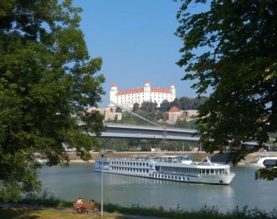 bratislava_castle_from_the_green_side_of_danube_river__eurofora_400