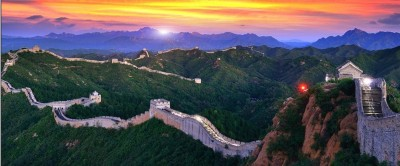 chinas_great_wall_with_bright_light_at_sunset_400_01