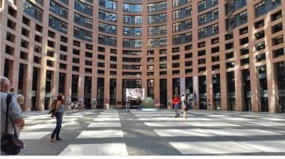cofoen_1st_panel_day_2_people_at_the_ep_courtyard_eurofora_400