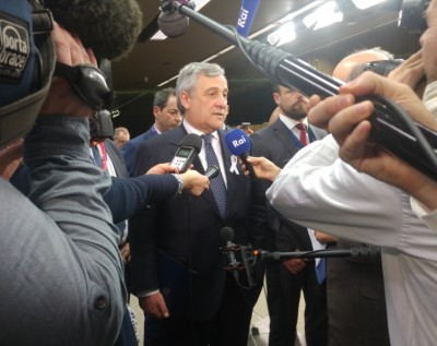 eu_parliament_president_tajani_surrounded_by_journalists_who_open_a_way_for_agg__eurofora_400