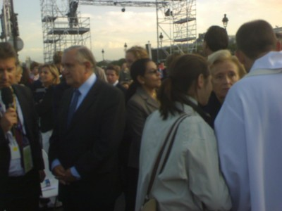 former_prime_minister_raffarin_waiting_for_the_pope_at_invalides_open_air_mass_400