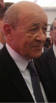 french_efa_minister_drian_smiling_at_aggs_question_in_press_point_eurofora_400