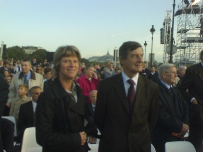 french_minister_for_eu_affairs_jp._jouyet_with_wife_waiting_for_pope_benedict_at_opena_air_mass_at_invalides_paris_after_speaking_to_tcweekly_400