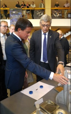 french_prime_minister_valls_seizes_a_space_rocket_at_isu_with_austronaut_jj._favier__agg__eurofora_400