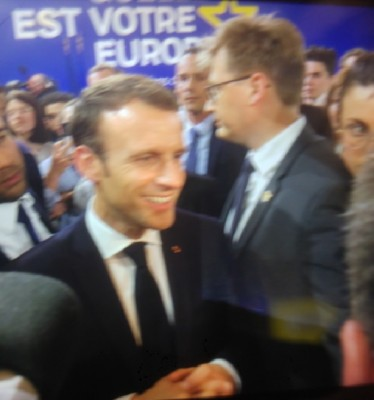 macron_after_launching_1st_eu_citizens_consultation_speaks_to_journalists_incl._acmmargareta_svensson_for_eurofora_400