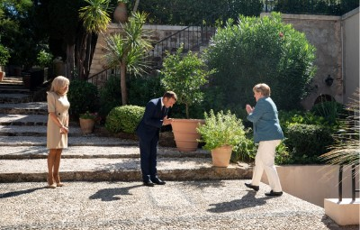 macron_welcomes_merkel_at_bregancon_castle_21.8.2020_elysee_photo__eurofora_screenshot_400