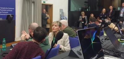 many_journalists_waitinng_for_mayjuncker_eurofora_400