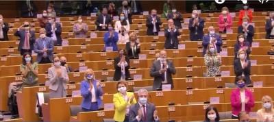 meps_applauding_angie_merkel_ebstv__eurofora_screenshot_400