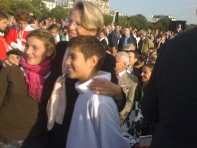 minister_alliot_marie_with_kids_at_open_air_mass_waiting_for_pope_benedict_invalides_paris_400