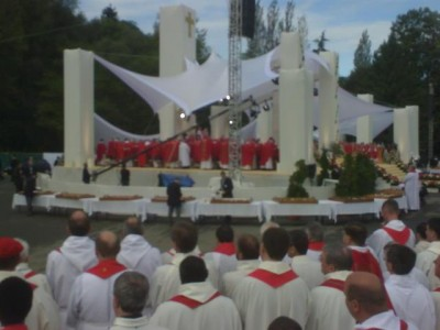 open_air_mass_at_lourdes_field_with_pope_benedict._400