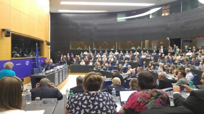 overcrowded_room_for_barniers_meeting_at_eu_parliament_eurofora_400