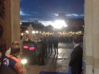 pope_benedict_adresses_15.000_young_people_at_notre_dame_s_parvis_400
