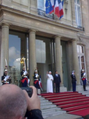 pope_benedict_salutes_with_sarkozy_elysee_400