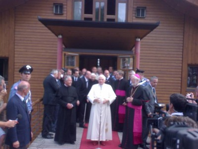 pope_benedict_speaks_in_front_of_cyprusweekly_at_saint_freinedemetz_at_the_top_of_alpes_mountains._dsc00559_400
