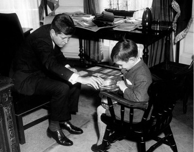 rfk_jr._with_us_president_jfk_on_1961_wikipedia_eurofora_screenshot_400
