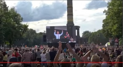 rfkennedy_at_berlin_rally_10_salutingpeople_matuschewski_videoeurofora_screenshot_400