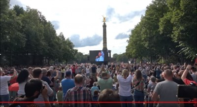 rfkennedy_at_berlin_rally_4_saluting_matuschewski_videoeurofora_screenshot_400