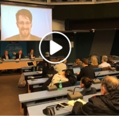 snowden_big_laugh_on_aggs_2nd_question_waserman_video__eurofora_screenshot_400