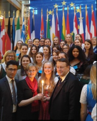 top_meps_rubig__mcguinness_with_bethleem_light__austrian_choir_young_girls__eurofora_12.12.2016_400