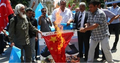 turkey_demonstrators_burn_china_flag_400