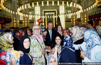 turkish_president_erdogan_at_ankaras_mosque_after_securlar_coup_attempt_crash_greek_media_naftemporiki_400