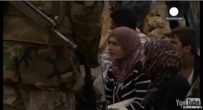 turkish_soldiers_obligent_meme_femmes_refugiees_kurdes_de_s_agenouiller__leurs_pieds_400